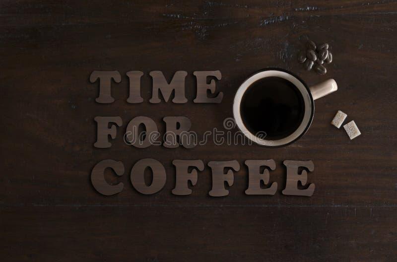 Configuração lisa do copo do café orgânico, de cubos biológicos do açúcar de bastão e de feijões do chocolate do comércio justo n fotos de stock
