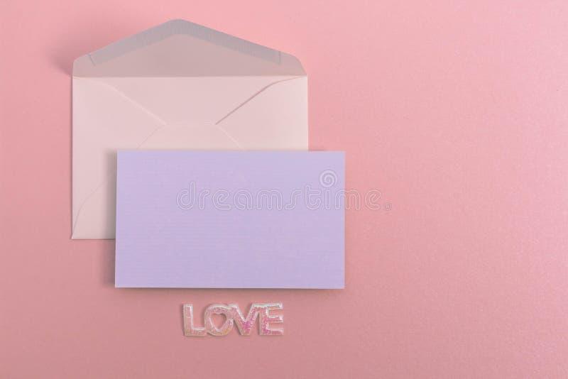Configuração lisa do envelope pastel e do cartão no fundo de papel bonito imagens de stock