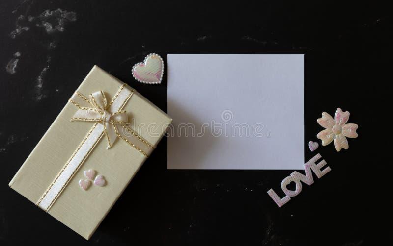 A configuração lisa do fundo de mármore preto decora com brilho da pérola branca cor-de-rosa dos corações, da flor, da letra do A imagem de stock royalty free