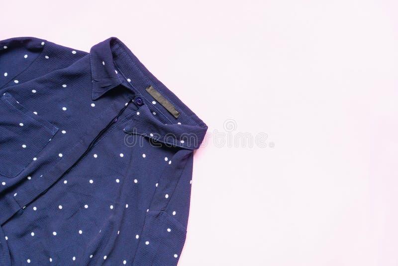 Configuração lisa do grupo da roupa e dos acessórios da mulher Fundo fêmea da forma na moda fotos de stock royalty free