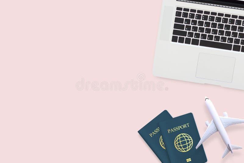Configuração lisa do passaporte, do modelo do plano branco e do portátil do computador fotografia de stock royalty free