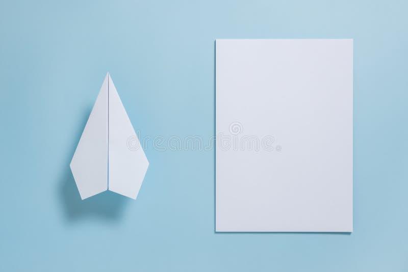 Configuração lisa do plano do Livro Branco e do papel vazio no colo azul pastel imagem de stock