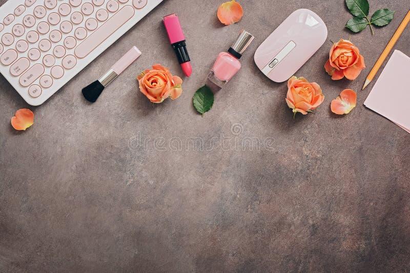 Configuração lisa, mesa da tabela do escritório domiciliário da vista superior O espaço de trabalho fêmea com teclado, cosméticos imagens de stock