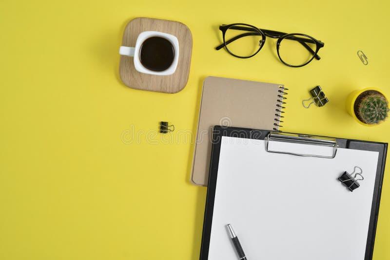 Configuração lisa, mesa da tabela do escritório da vista superior Espaço de trabalho com placa de grampo, materiais de escritório imagens de stock royalty free
