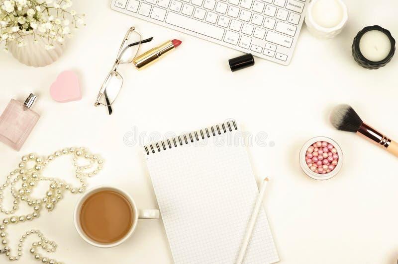 Configuração lisa, mesa feminino da vista superior, espaço de trabalho imagem de stock royalty free