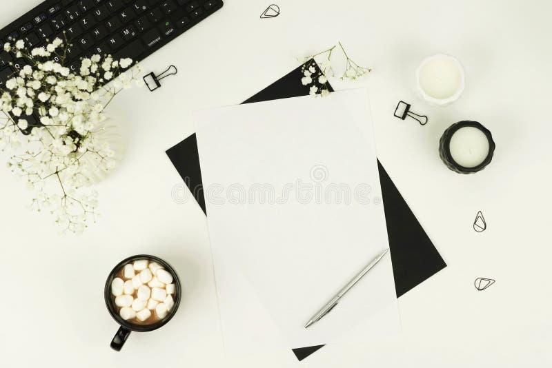 Configuração lisa, mesa feminino da vista superior, espaço de trabalho fotos de stock royalty free