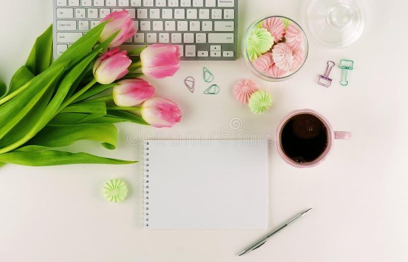 Configuração lisa, mesa feminino do escritório da vista superior imagem de stock royalty free
