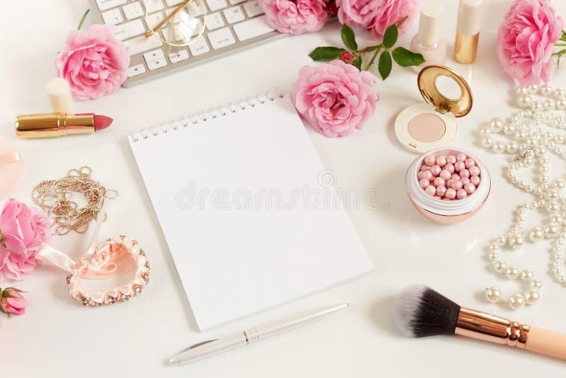 A configuração lisa, mesa feminino do escritório da vista superior, fêmea compõe os acessórios, espaço de trabalho com portátil fotos de stock royalty free