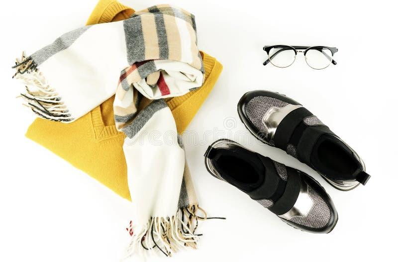 A configuração lisa, roupa e acessórios da forma da mulher da vista superior ajustou-se no fundo branco fotografia de stock