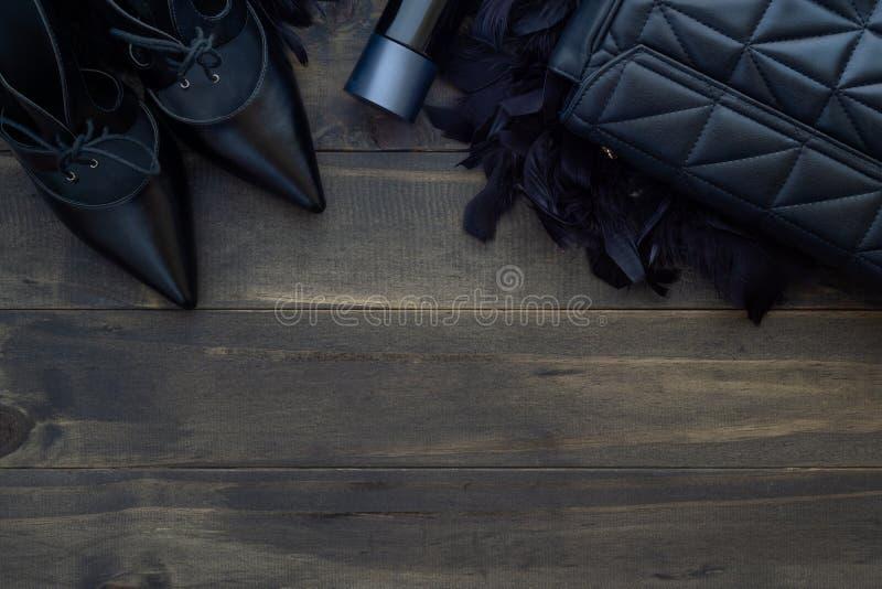 Configuração lisa, vista superior de acessórios de forma fêmeas Bolsa preta, fotografia de stock