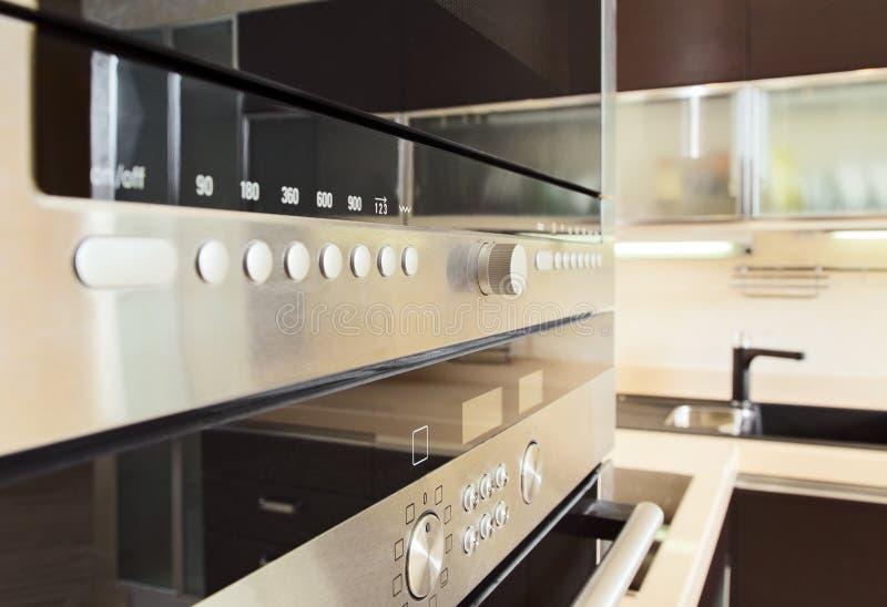 Configuração no forno de microonda na cozinha moderna imagens de stock