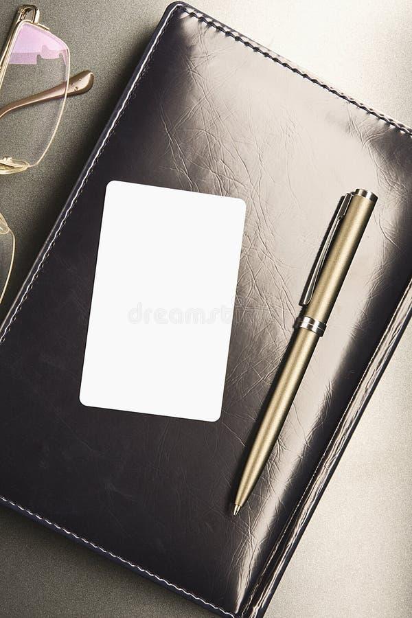 Configurações brancas do cartão no organizador foto de stock