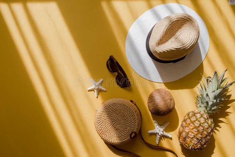 Configura??o f?mea do plano do equipamento da forma do ver?o colorido Chapéu de palha, saco de bambu, óculos de sol, coco, abacax imagem de stock