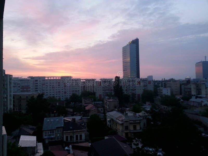 Configuración de Bucarest bajo el cielo dramático fotografía de archivo