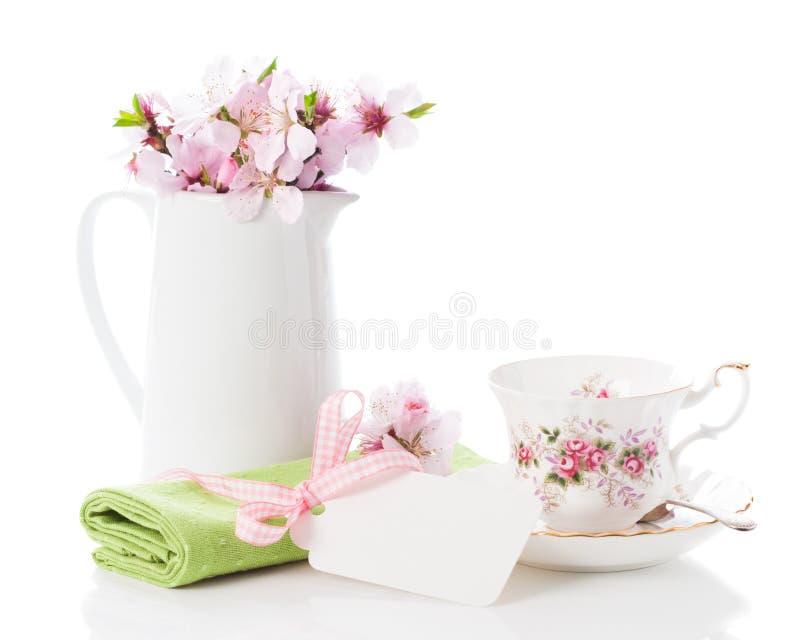 Configuración de la taza de té del resorte fotografía de archivo