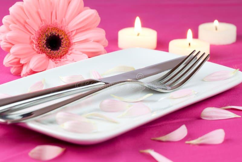 Configuración de lugar romántica en color de rosa foto de archivo libre de regalías