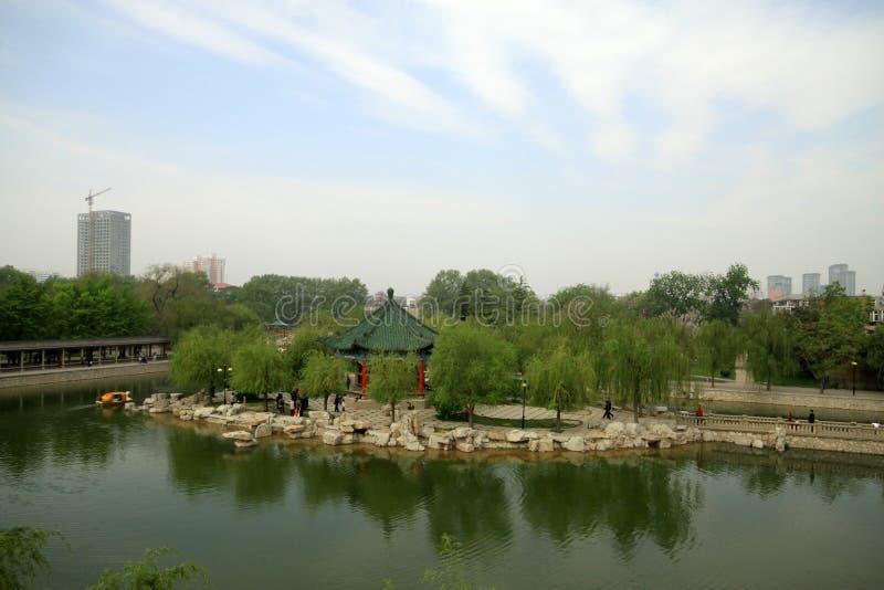 Configuración de paisaje del agua en un parque imagen de archivo