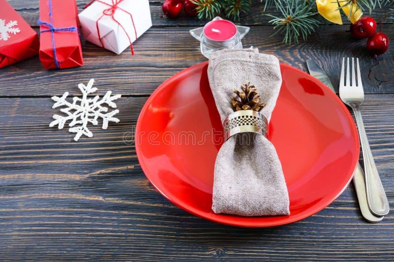 Configuración del vector de la Navidad La placa roja, bifurcación, cuchillo, vela, servilleta, regalos ramifica de un árbol de na imágenes de archivo libres de regalías