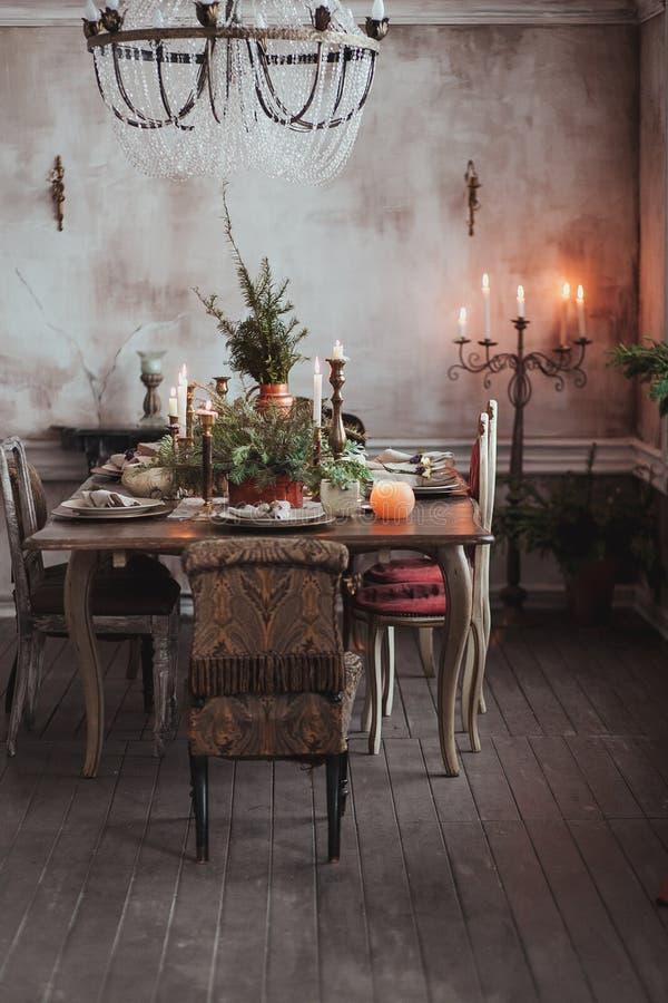 Configuración del vector de la Navidad Sillas del vintage, ramas de árbol naturales de pino, velas Decoraciones rurales o rústica fotos de archivo