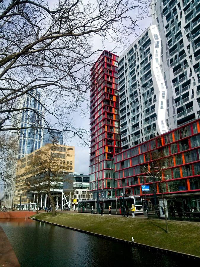 Configuración holandesa Edificios modernos en Rotterdam, los Países Bajos, con un canal en el primero plano imagen de archivo