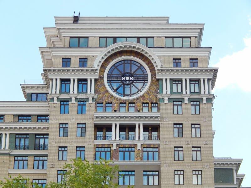 Configuración moderna Una casa residencial de gran altura en Moscú julio de 2014 imágenes de archivo libres de regalías