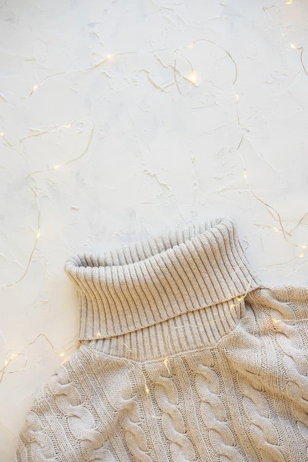 Configuration confortable d'appartement Habillement chaud d'hiver et d'automne : chandails, écharpes, gants sur le fond de textur images stock