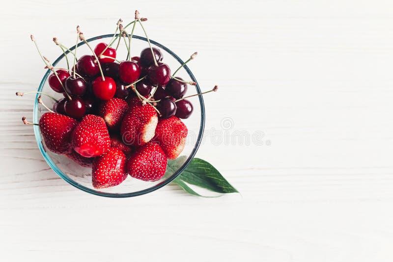 Configuration d'appartement d'été cerises et fraises fraîches dans des glas élégants image libre de droits