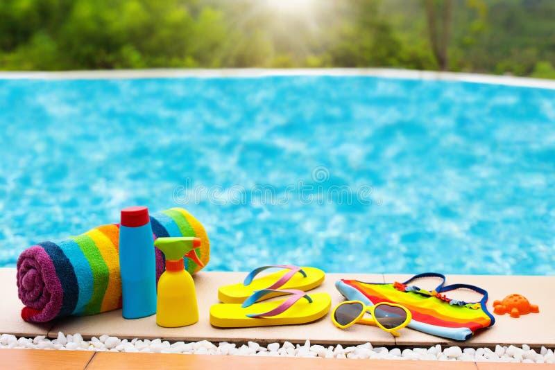 Configuration d'appartement d'articles de piscine et de plage Vacances d'été photographie stock