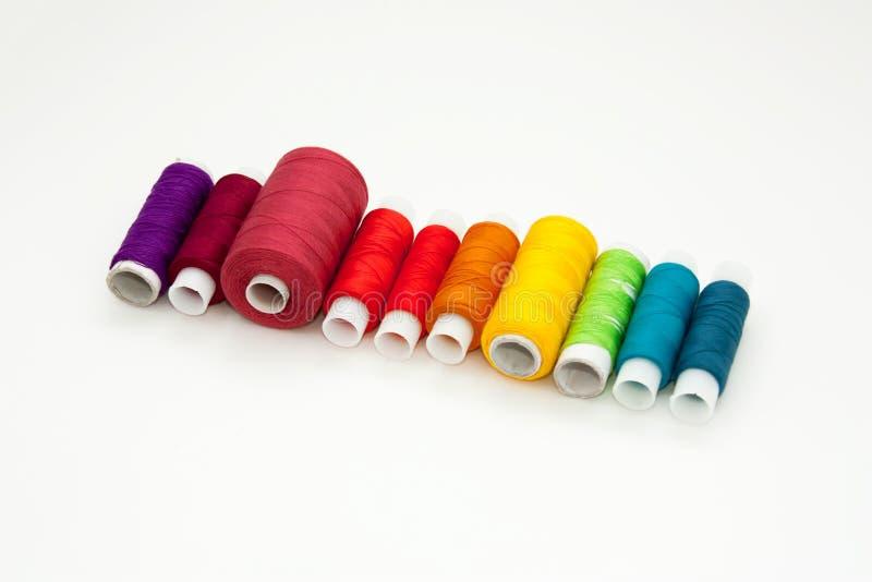 Configuration d'appartement avec les bobines color?es de fil de coton, fil de broderie, bobines d'arc-en-ciel, moquerie, vue sup? images stock
