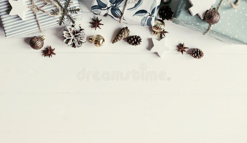 Configuration d'appartement de Noël disposition moderne de Noël avec des ornements et g photos libres de droits