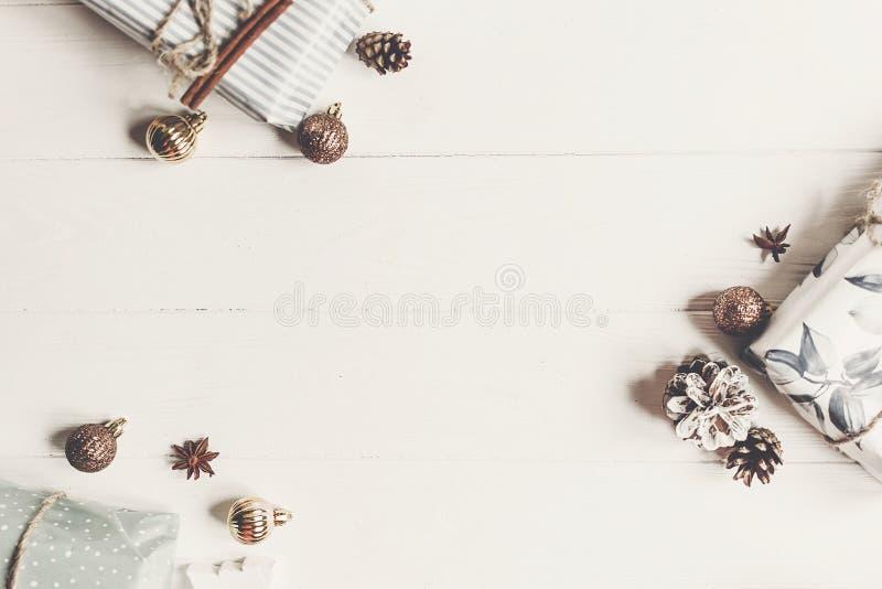 Configuration d'appartement de Noël présents avec les ornements et l'anis de cônes de pin image stock