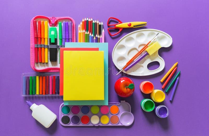 Configuration d'appartement de papeterie Le matériel pour le dessin et l'artiste se trouve sur un fond violet image stock