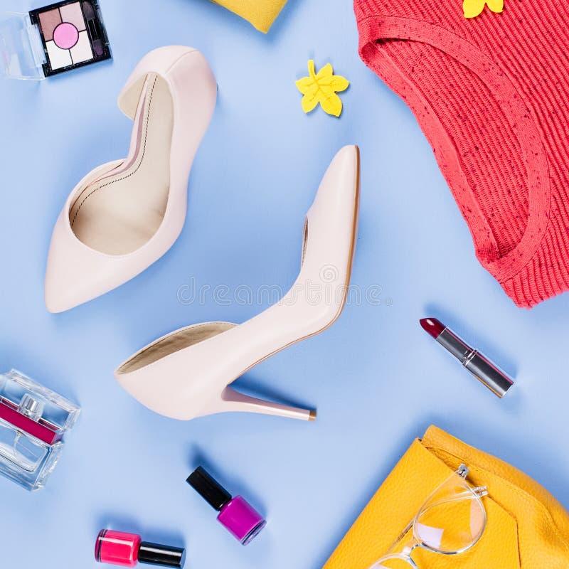 Configuration d'appartement de vêtements et d'accessoires de chute de femme Concept femelle de mode d'automne photographie stock libre de droits