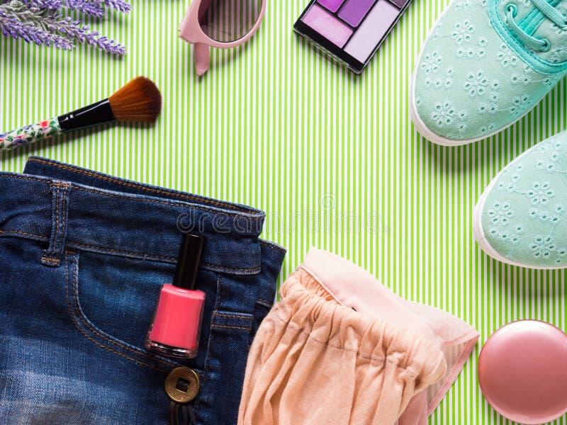Configuration d'appartement de vêtements et d'accessoires de Madame images stock