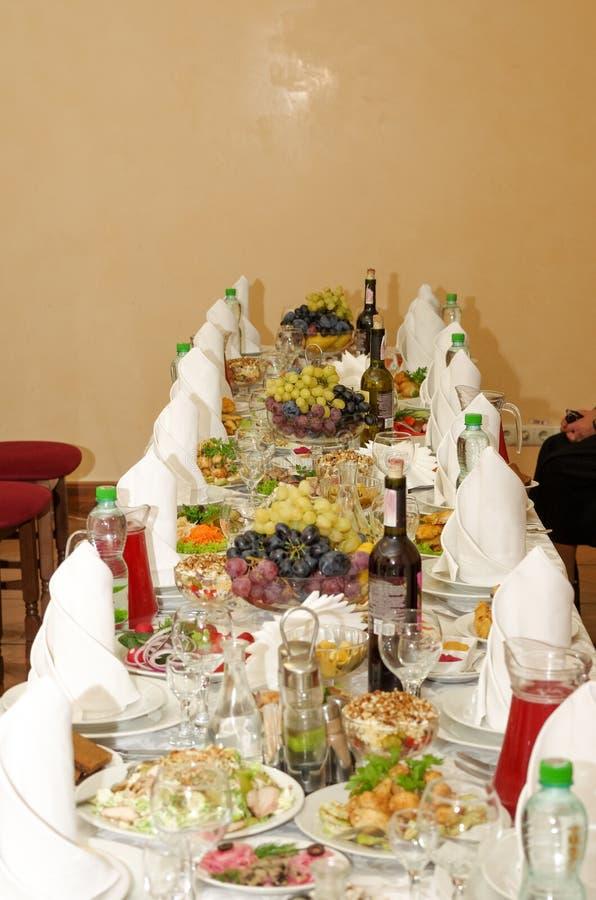 Configuration de fête de table Préparation pour les vacances photos stock
