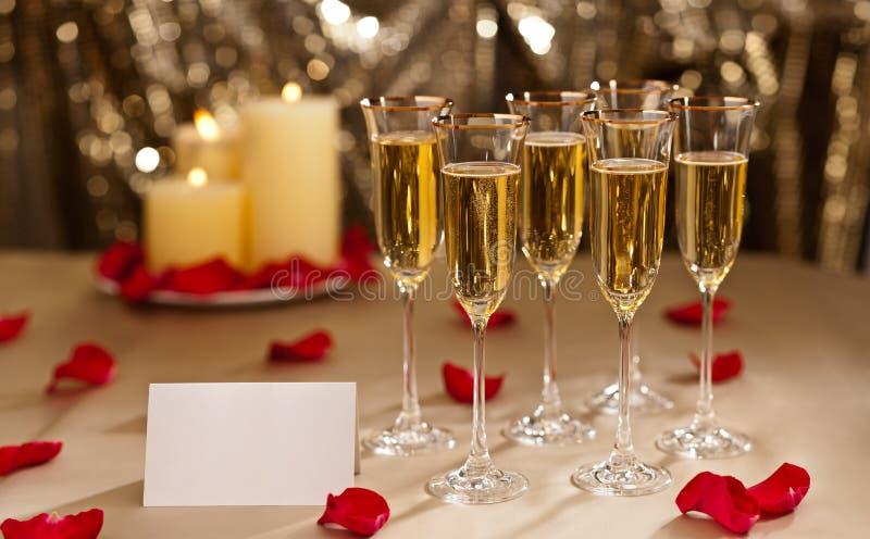 Configuration de réception de mariage de scintillement d'or avec le champagne photographie stock libre de droits