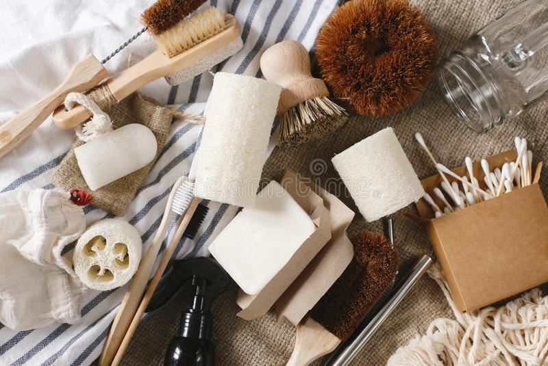 configuration de rebut zéro d'appartement brosse à dents en bambou naturelle d'eco, brosse, cryst photo stock