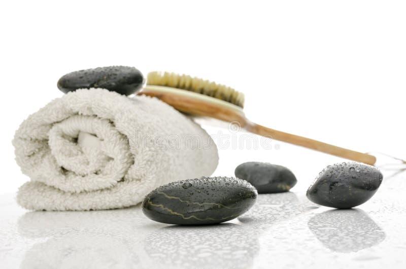 Configuration de station thermale avec les pierres de massage, le balai et un essuie-main photographie stock libre de droits