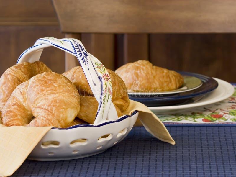Configuration de table de croissants photographie stock libre de droits