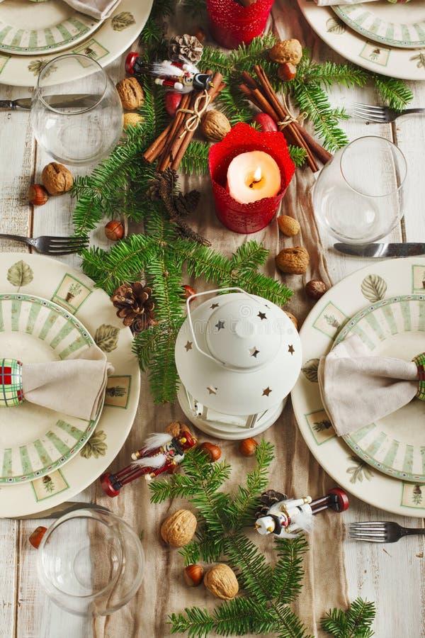 Configuration de table de Noël lumière de vacances de guirlande de décorations colorée par ampoules de fond allumée photos libres de droits