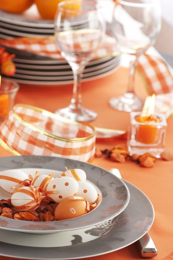 Configuration de table de Pâques dans des sons oranges image stock