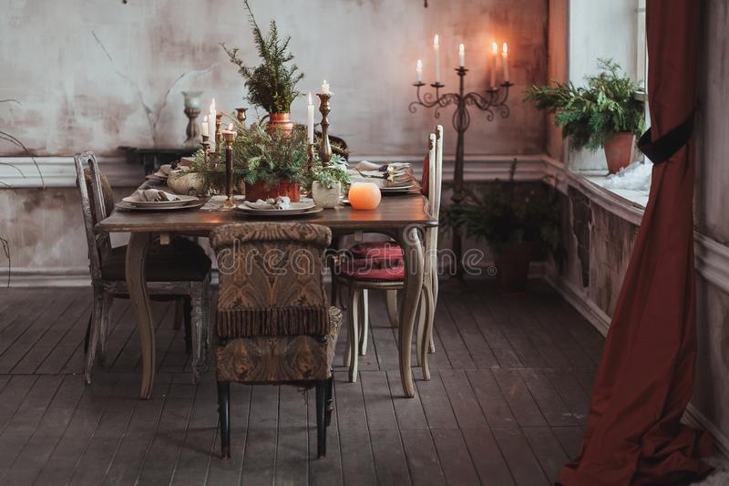 Configuration de table de Noël Chaises de vintage, branches de pin naturelles, bougies Décorations rurales ou rustiques de style images stock