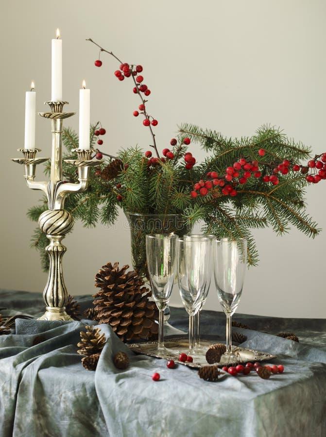 Configuration de table de Noël Verres et bougies de Champagne sur la table photos libres de droits