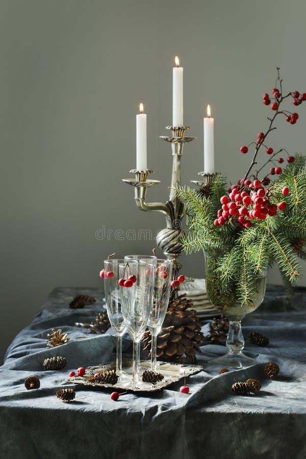 Configuration de table de Noël Verres et bougies de Champagne sur la table image stock