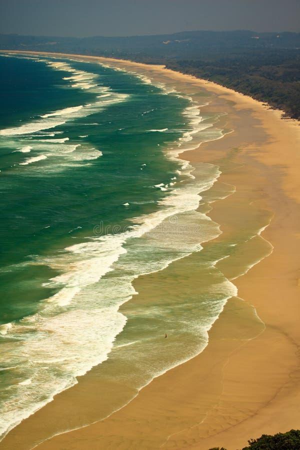 Configuration des ondes et de la plage de compartiment de Byron de vague déferlante image stock