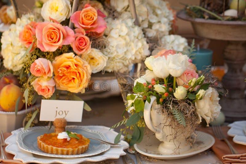 Configuration et fleurs de table de décor de mariage photographie stock