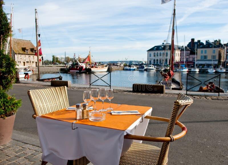 Configuration extérieure de dîner dans Honfleur, France photos libres de droits