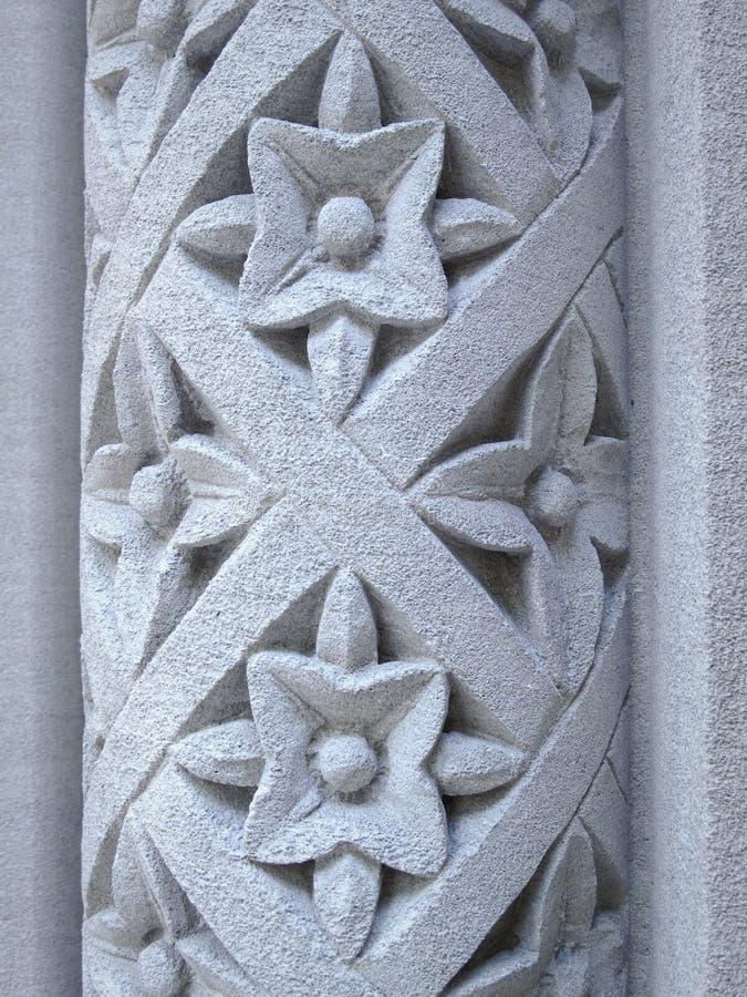 Configuration florale découpée dans un pilier en pierre photographie stock libre de droits