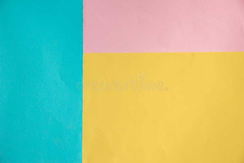 Configuration géométrique d'appartement de papier doucement bleu, jaune et rose de couleur en pastel photos stock