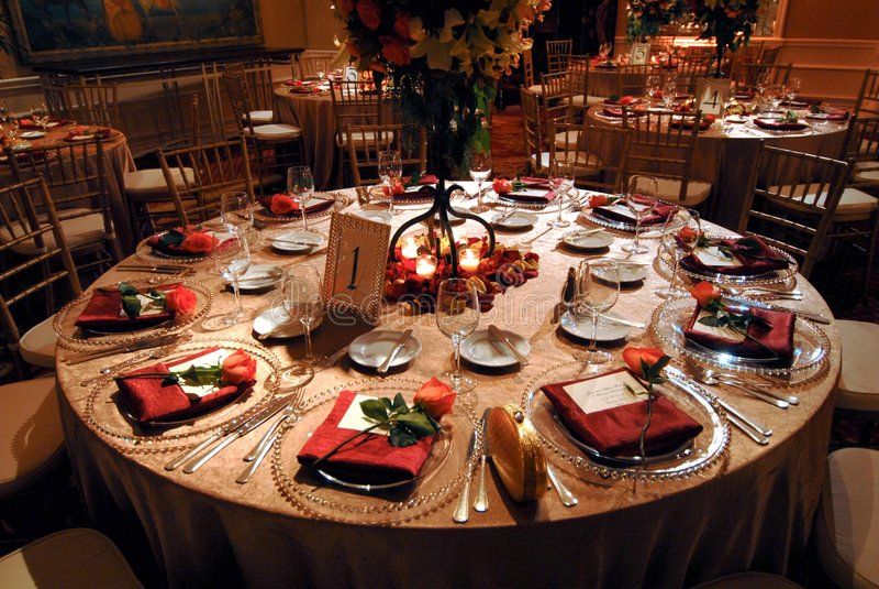 Configuration luxueuse de table à une réception de mariage images libres de droits